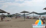 Пляж база отдыха Прибой оборудованный зонтиками